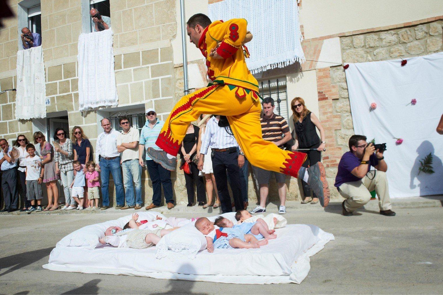 El Colacho (Baby Jumping), Burgos. Прыжки через детей. Испания.